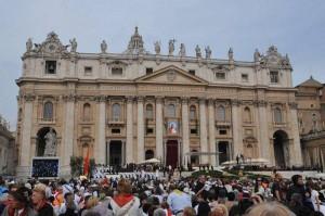 Po odczytaniu dekretu beatyfikacyjnego na frontonie bazyliki św. Piotra odsłonięto podobiznę bł. Jana Pawła II.